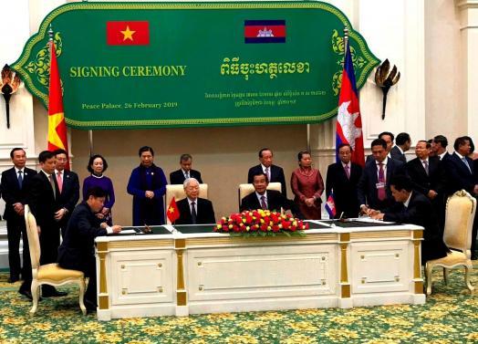 Việt Nam - Campuchia ký Nghị định thư tạo thuận lợi vận tải liên vận đường bộ, đường thủy